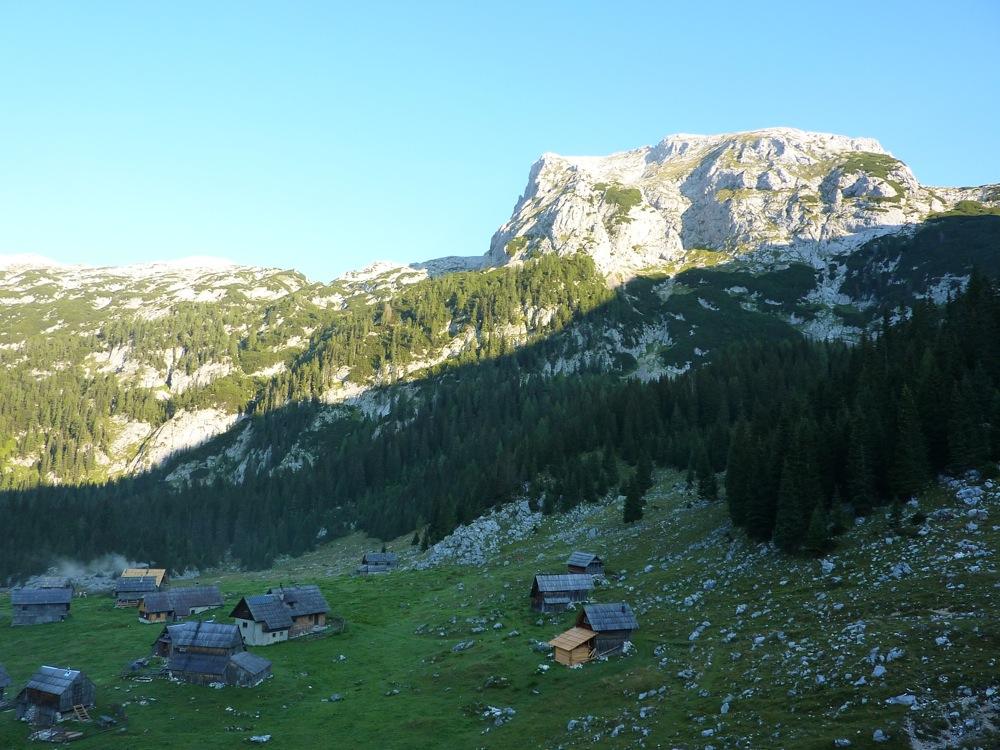 Debeli vrh se že sonči, planina V Lazu pa še drema...