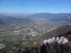 Razgled z Gradiške Ture po Vipavski dolini.
